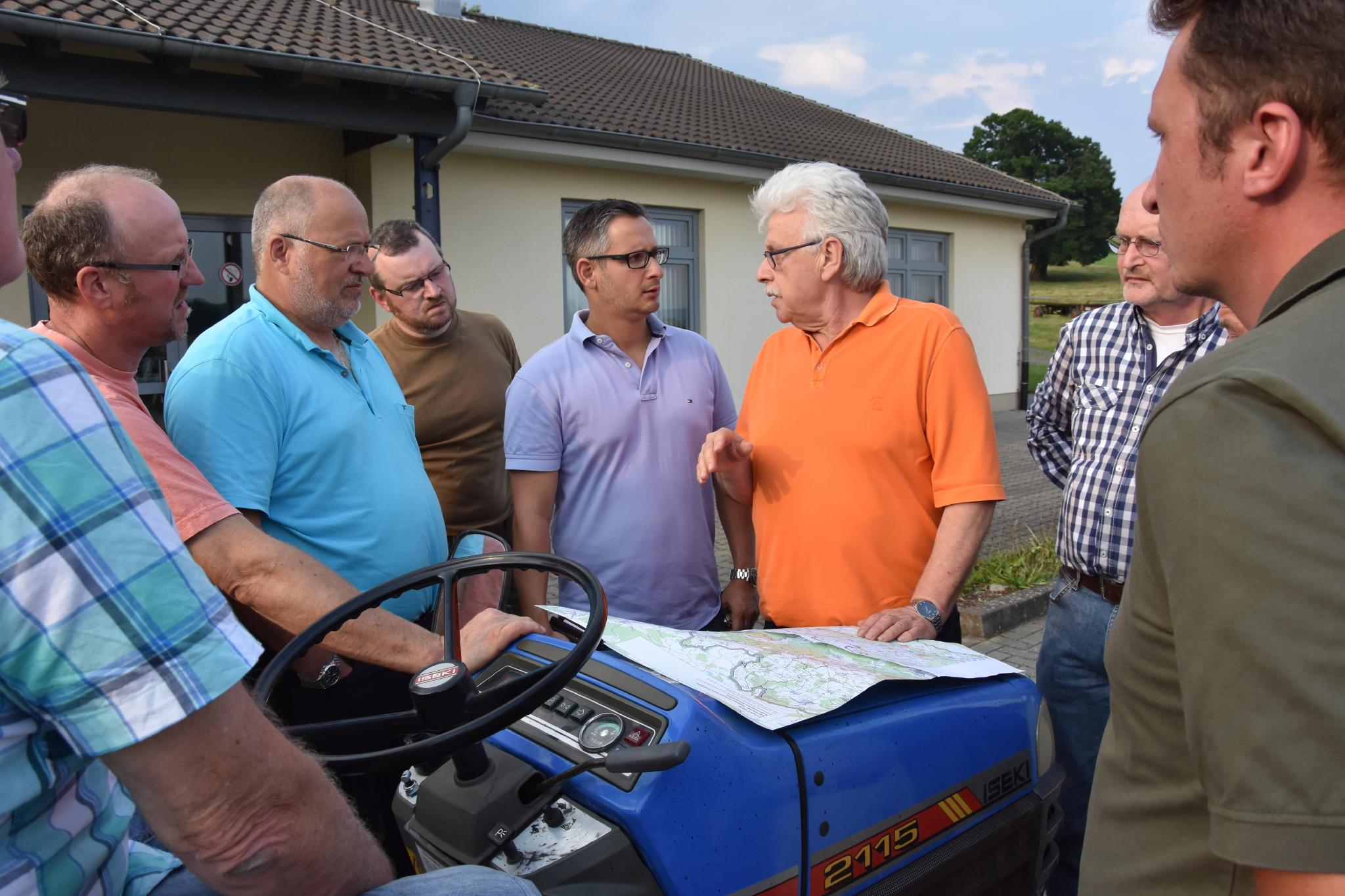 Bildunterschrift: Bei einem Ortstermin in Breitenbach informierten sich Vertreter der FDP Schlüchtern und des FDP Kreisverbandes bei Ortsvorsteher, dem Vorsitzenden der Jagdgenossenschaft sowie dem Jagdpächter.