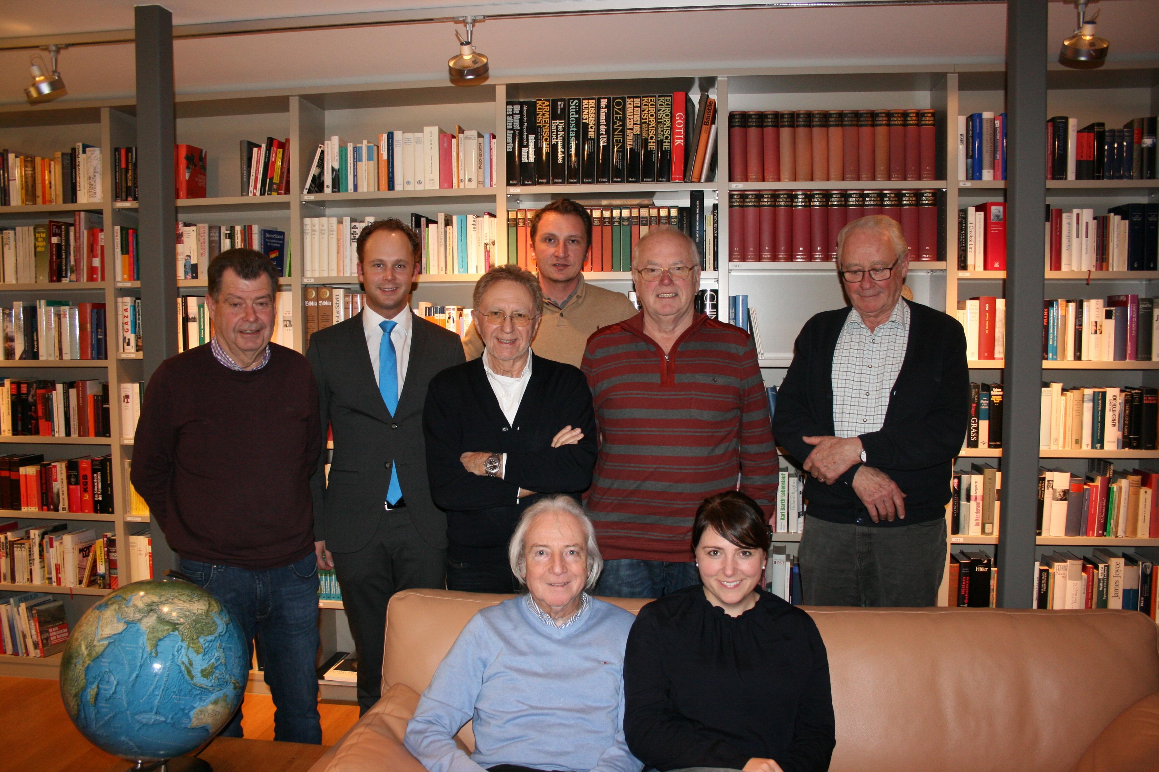 (v.l.n.r.) Rainer Grammann, Kolja Saß, Dr. Peter Büttner, Alexander H. Klüh, Bernd Reekers, Helmut Eigenbrod. Vorne Claus Werckmeister und Sarah Goldbach.