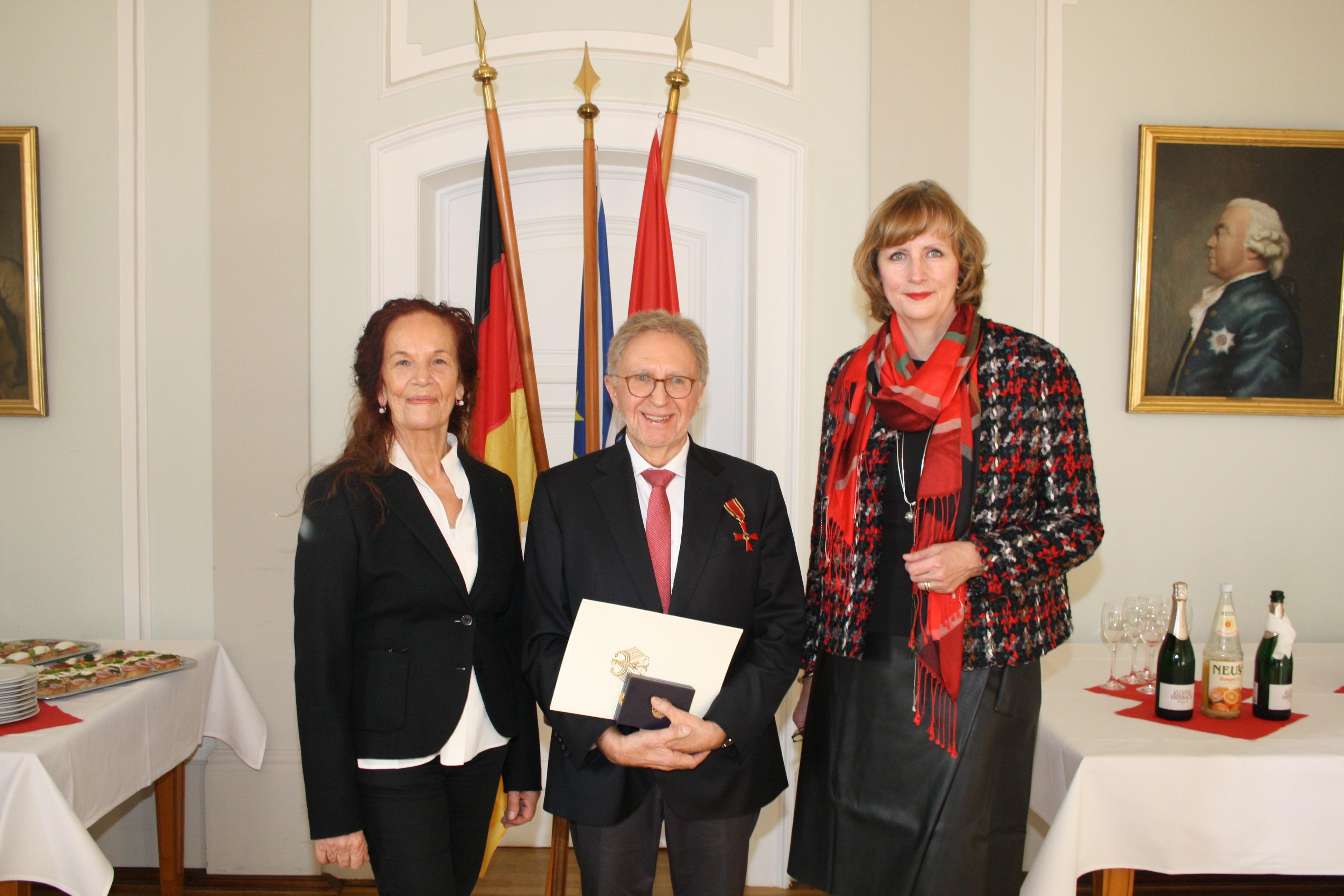 Dr. Peter Büttner mit Ehefrau Anne und Regierungspräsidentin Brigitte Lindscheid (rechts).