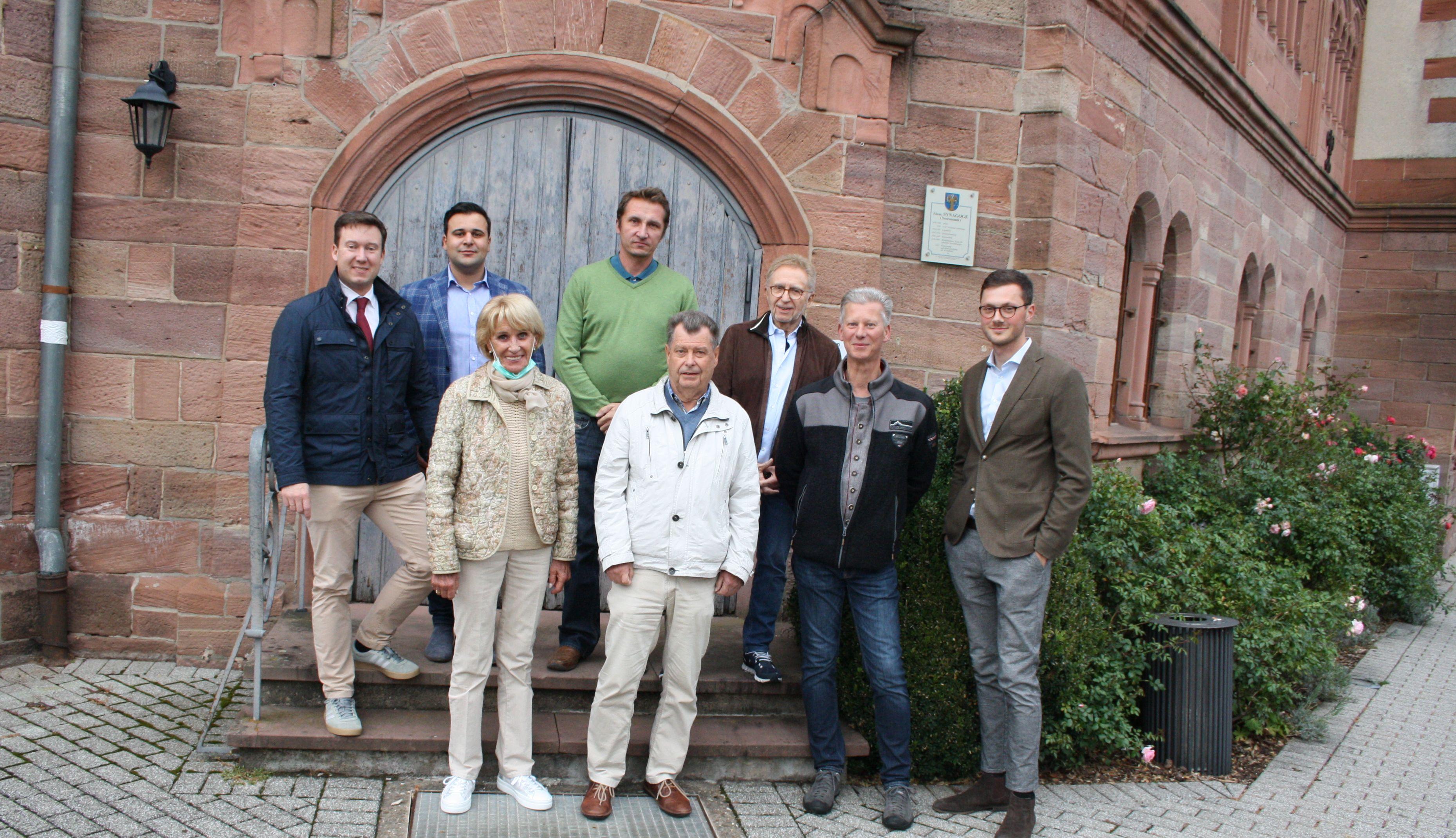 Bildunterschrift: von links nach rechts: Bürgermeister Matthias Möller, Michael Bach (jüdische Gemeinde Frankfurt), Ingrid Müller-Marschhausen, Alexander H. Klüh (FDP Ortsverbandsvorsitzender), Rainer Grammann (FDP Ortsvorsteher Schlüchtern-Innenstadt), Dr. Peter Büttner, Jo Härter, Marc Jacob (FDP Bad Soden-Salmünster).
